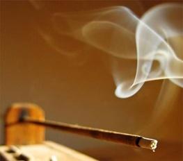 15-8-26-23202935 دفع انرژی های منفی با سوزاندن عود